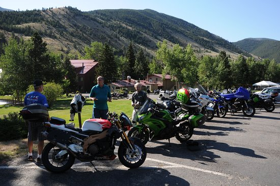Rock Creek Resort: Ample parking space for 130+ motorbikes and a herd of trucks
