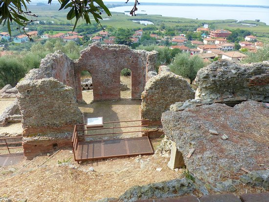 Capolona, Italie : lake Massaciuccoli reserve-remains of Roman villa overlooking the lake