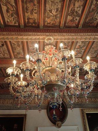 Alchymist Prague Castle Suites : Lovely chandelier in a common room.