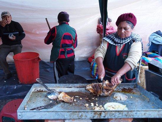 Market Guamote : Even wat vlees hakken
