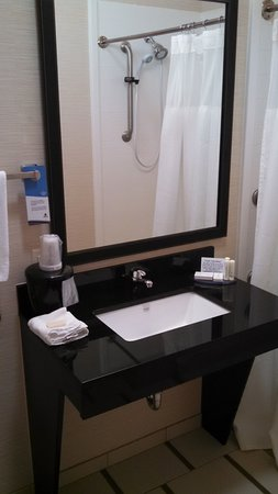 Fairfield Inn & Suites Bloomington: nice sink & mirror