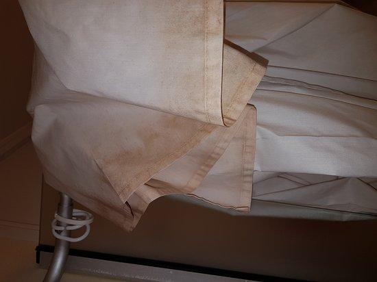 Goussainville, Frankrike: Chambre avec odeur de cigarette, rideau de douche très sale, fenêtre de la chambre qui laisse pa