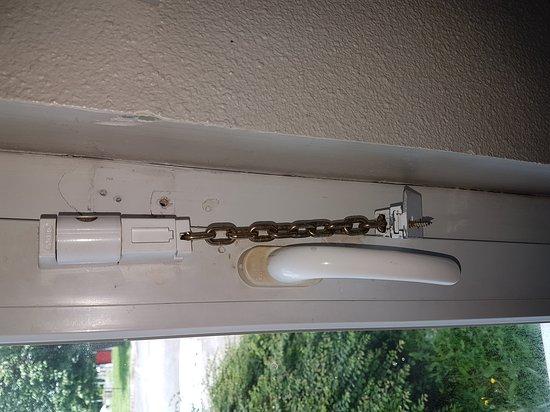 Goussainville, Francia: Chambre avec odeur de cigarette, rideau de douche très sale, fenêtre de la chambre qui laisse pa