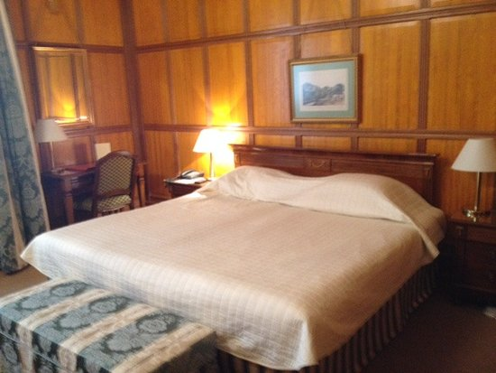 Hotel Konig Von Ungarn: our king bed with very hard mattress
