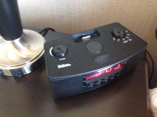 เซอร์เรย์, แคนาดา: Outlets and radio/alarm clock. iPhone dock but would need adapter for lightening cable or iPhone