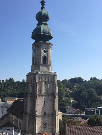 Burghausen, เยอรมนี: Church below Fortress