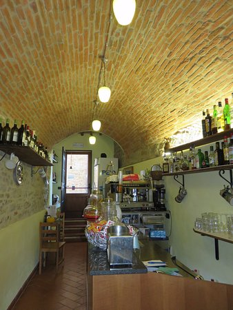 Paciano, Italia: Inside entry, more space upstairs for indoor eating