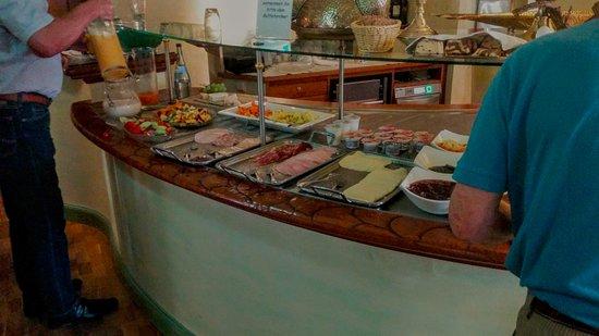 Eberbach, Tyskland: Das Frühstücksbuffet ist überraschend schlicht und wird nur sehr zögerlich nachgefüllt
