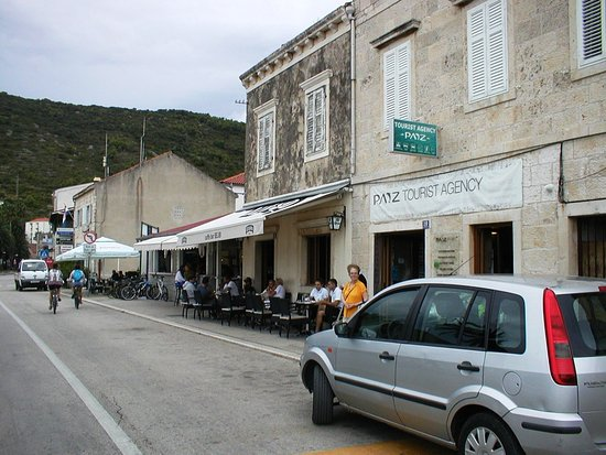 "Vis, Kroatië: The 'Bejbi Bar' on the ""Ferry-side"" of Paiz Travel on ""Issa Street""."