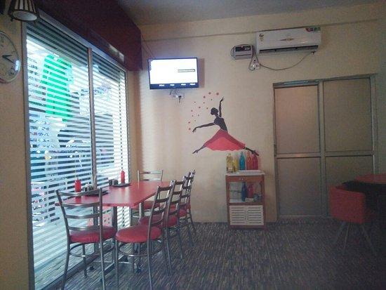 Etawah, Indien: A corner snap of restaurant where we sit.