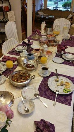 Les Diplomates B&B: breakfast table