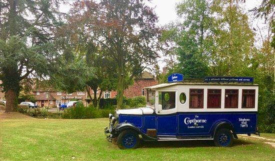 Copthorne, UK: Вид на ресепшн со стороны дороги.