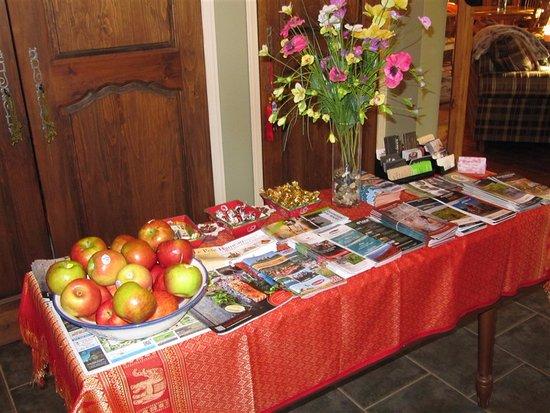 La Chaumiere de l' Anse: bella l'idea delle mele sul tavolo dei depliants