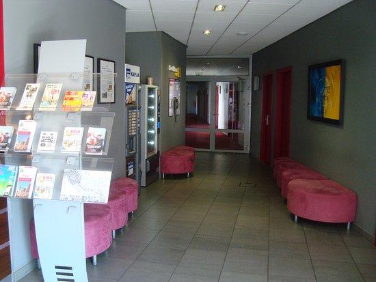 Dodo Hotel: couloir, distributeur boisson et snacks , free phone  spot
