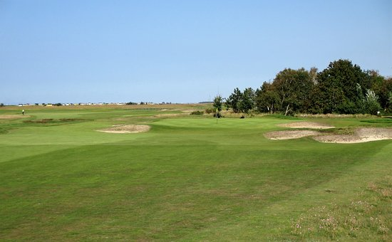 Skanor, Suecia: 9th green and surrounds. Typical links bunkering.