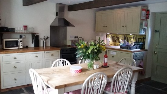 Bleddfa, UK: Flowers, Welsh cakes and wine for us