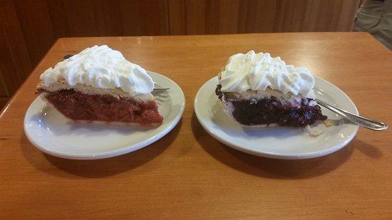 Greenwood, Kanada: Aarbei rabarber pie en blue berry pie. Overheerlijk!