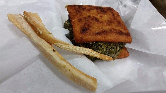 Elizabethtown, Carolina del Norte: Collard sandwich and two strips of fatback