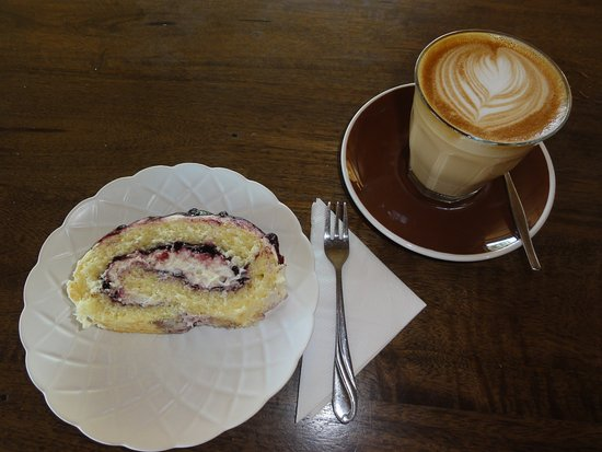 Agnes Water, Australië: Blueberry scroll and latte