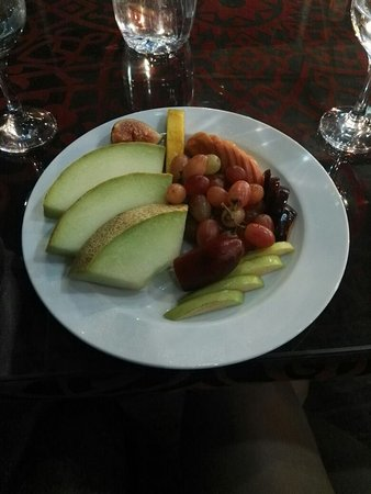 Ali Baba Restaurant: Fresh fruits given by the chef at the end of dining