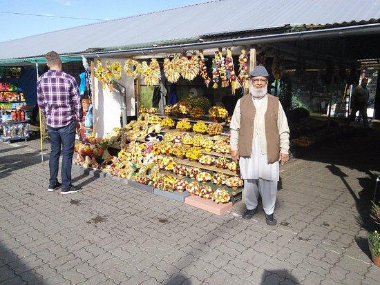 Slubice, Polen: Flowers create colors in the market.