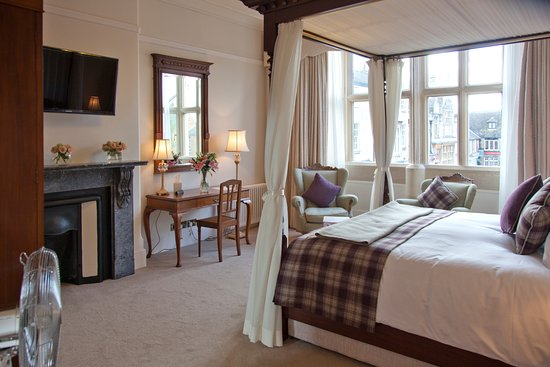 The Falcon Hotel: Room 8, Vintage Fire Place and lovely views over the Market Place