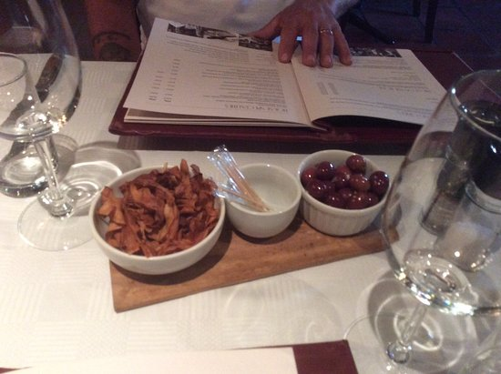 Camps Bay, África do Sul: Complimentary olives and sweet potato crisps