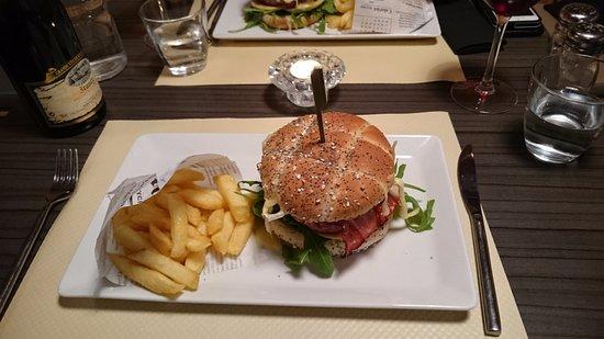 Connelles, Γαλλία: Hamburger au camembert et aux pommes