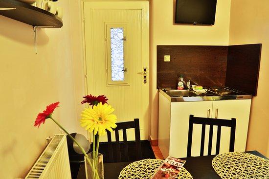 Teraszos, két hálószobás földszinti apartman mini konyha és étkező ...
