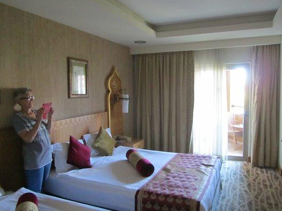 Royal Dragon Hotel: keurige kamer (stevige matrassen)