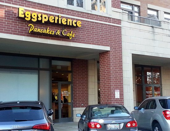 Park Ridge, IL: Entrance to Eggsperience Pancakes & Cafe from parking lot