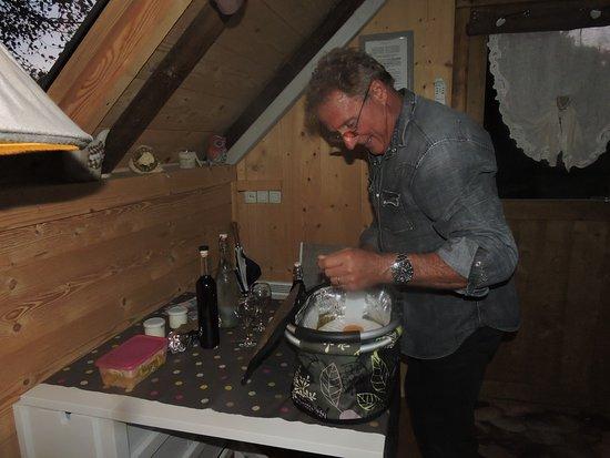 Malataverne, Frankrike: Marcel découvre l'intérieur du panier : chaud et délicieux, équilibré.