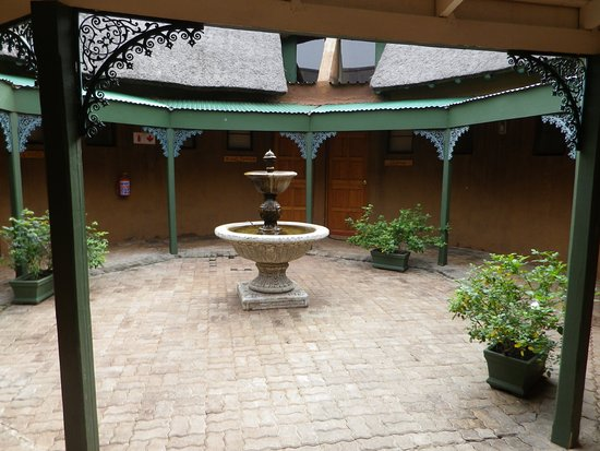 Rorke's Drift, Sør-Afrika: The courtyard leading to the bedrooms