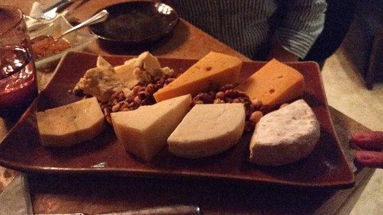 Duhau Restaurante & Vinoteca: Tabla de degustación de quesos y frutos secos.