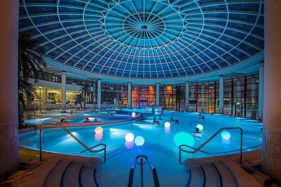 Piscine int rieur avec bassins jets picture of for Piscine interieur