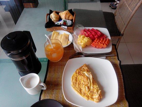 Medahan, Indonesia: Petit déjeuner délicieux servi sur la terrasse