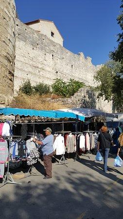 Marché du mercredi matin : walled city