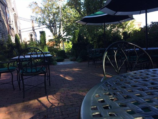 Union Street Inn: Quiet outside patio - sunny (but ample shade for those who prefer it), and a perfect setting.