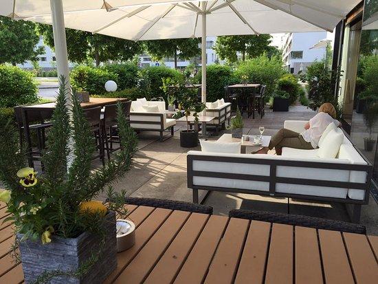 Unsere wunderschöne Lounge Terrasse für warme Tage ...