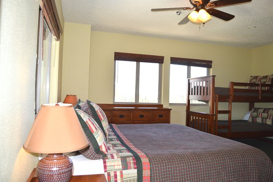 Montecito Sequoia Lodge: Family Room - King plus bunk and private bath