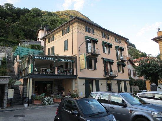 Hotel Orso Bruno: fachada del hotel y restaurante vecino