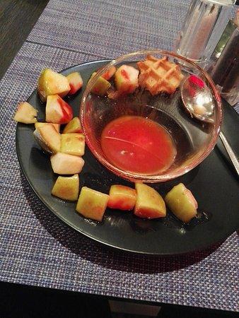 Novotel Convention & Wellness Roissy CDG: Salade de fruit, en fait une salade de pomme Golden... les restes de la salade du petit dej.