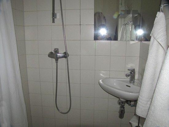 Ibsens Hotel: Duche sem proteção de aguas no chão. Vasava para o centro do banheiro.