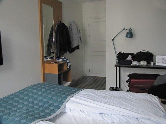 Ibsens Hotel: Vista do quarto sem armario. Apenas cabides.