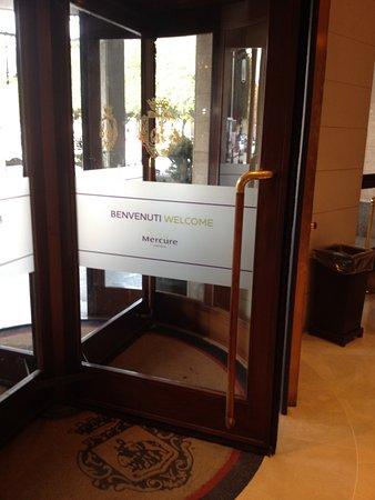 Mercure Catania Excelsior: Entrada (tiene rampa)