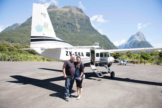 Queenstown, Nova Zelândia: We landed safely in Milford Sound, the Pilot saw us taking pix and did this for us, nice guy!