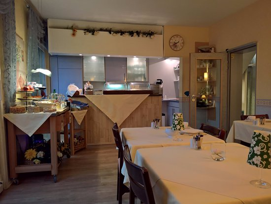 Hotel Loehndorf: Breakfast, buffet on the left, kitchen in the background.