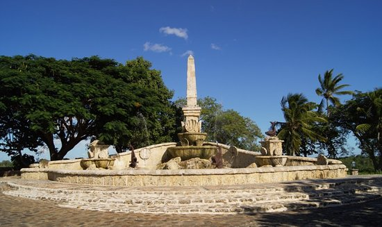 Altos de Chavon Village: фонтан