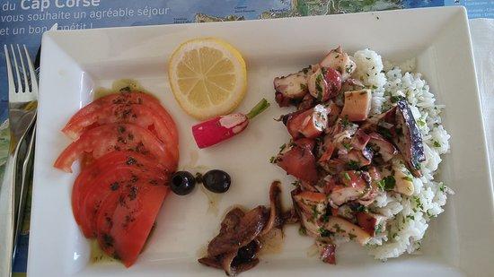 Ersa, France : Arroz con calamares, tomate y aceitunas