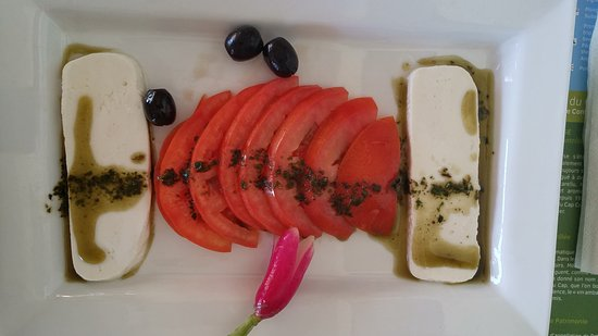 Ersa, Frankrike: Ensalada de tomate, queso y aceitunas